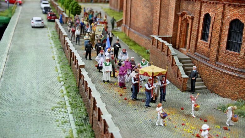 Wystawę tworzą również figurki, które nawiązują do tradycji i wydarzeń na Śląsku (fot. mat. organizatora)