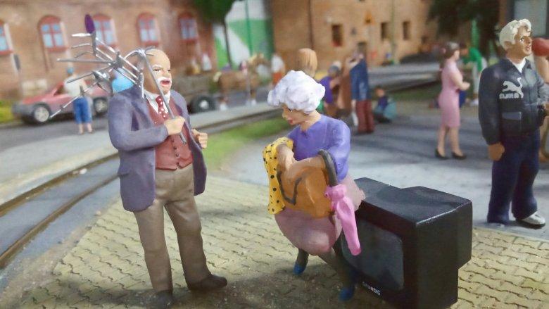 Starsze małżeństwo stawia na rozrywkę przed telewizorem (fot. mat. Kolejkowo Gliwice)