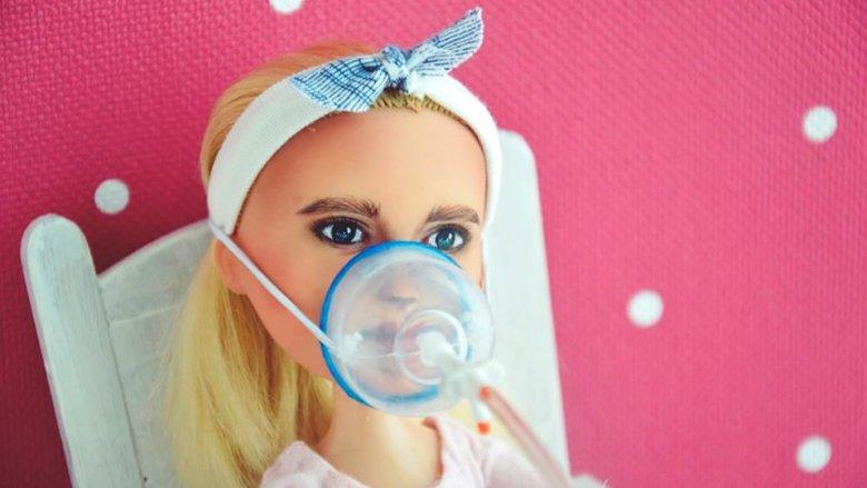 Ania Ignatow dba nie tylko o wierne odwzorowanie lalek, ale także sprzętu medycznego. Wszystkie niezbędne akcesoria tworzy sama (fot. Ignatow Repainted Dolls)