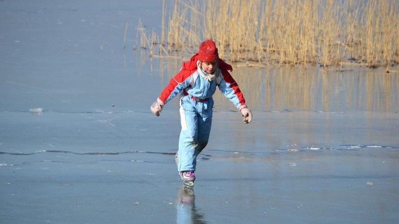 Dzieci często wykorzystują zamarznięte zbiorniki wodne do jazdy na łyżwach. To bardzo niebezpieczne (fot. foter.com)