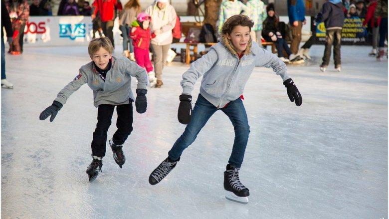 Jazda na łyżwach to świetny pomysł na zimową rekreację (fot. pixabay)