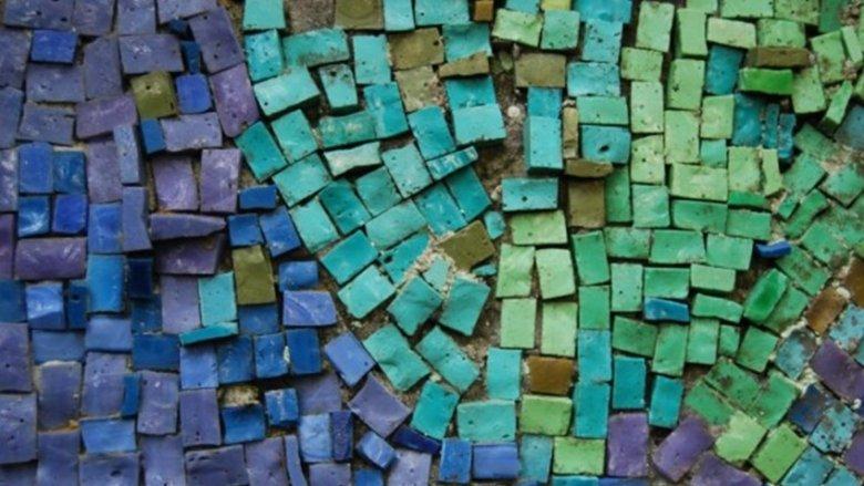 Przy tworzeniu mozaik dzieci uczą się  cierpliwości i dokładności, rozwijają swoją kreatywność i zdolność manualne (fot. mat. organizatora)