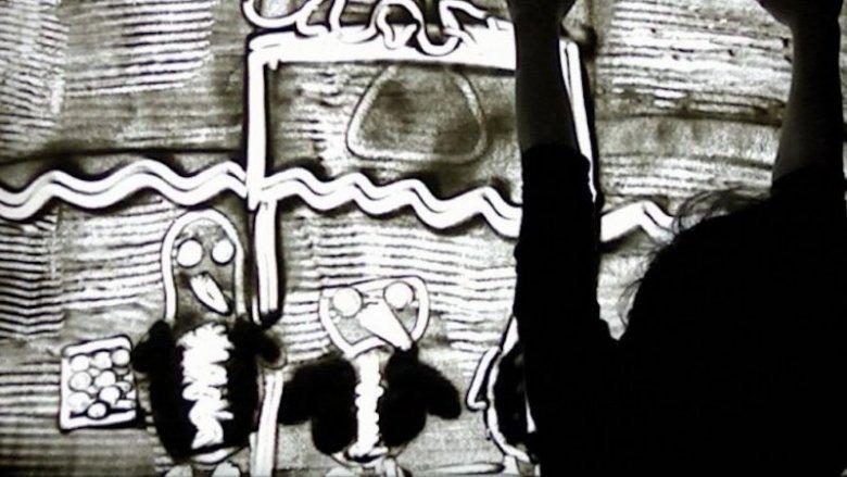 Tworzenia obrazów za pomocą piasku nauczą się dzeci na warsztatach w Muzeum Górnośląskim (fot. Witalis Szołtys)