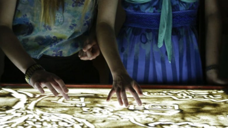 Na zajęciach w Muzeum Górnośląskim uczestnicy namalują obrazy piaskiem (fot. mat. organizatora)