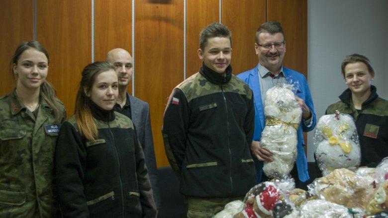 Uczniowie Zespołu Szkół Ogólnokształcących nr 2 w Świętochłowicach zebrali 150 maskotek dla dzieci poszkodowanych w wypadkach (fot. mat. prasowe)