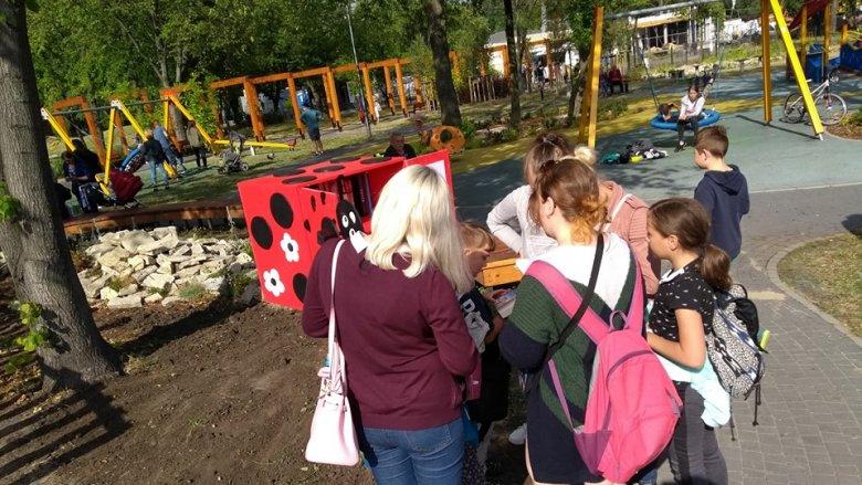 Plenerowa biblioteczka znajduje się m.in w Parku Jacka Kuronia (fot. mat. Fb Sylwia Szarwark)