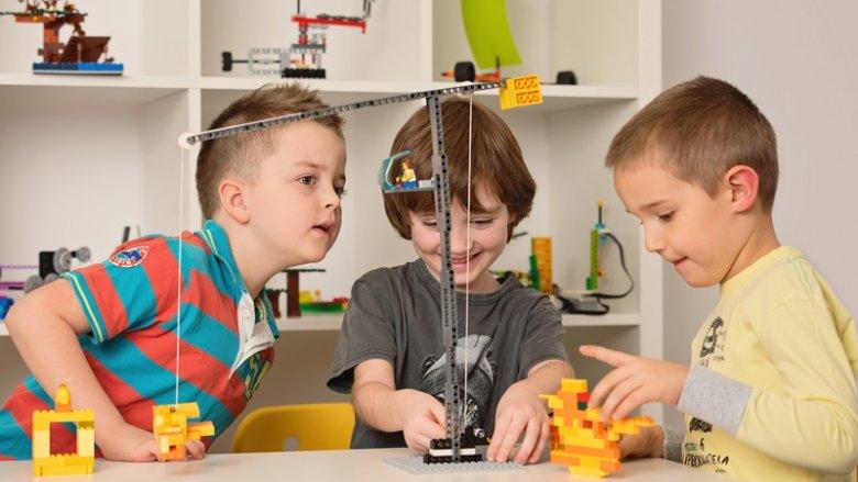 Podczas zajęć z Centrum Edukido, które odbędą się na stadionie, maluchy będą mogły poznać tajniki budowy modeli pojazdów i innych konstrukcji z klocków LEGO (fot. mat. Edukido)