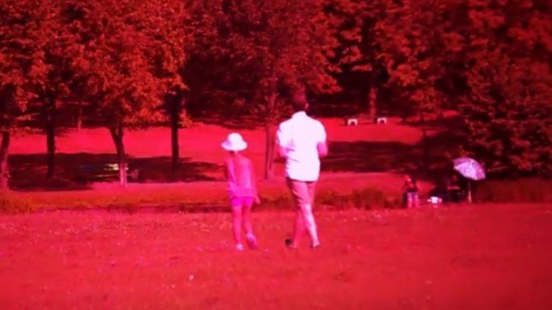 Należy przestrzegać dzieci, by nigdy nie oddalały się z nieznajomym (fot. kadr nagrania przygotowanego przez Śląską Policję)