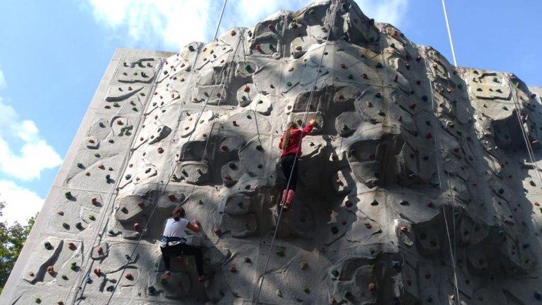 Dzieciaki przez całe wakacje we wtorki i piątki mogą poćwiczyć wspinaczkę (fot. mat. organizatora)