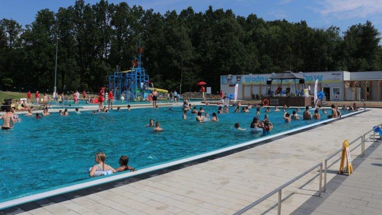 Dorośli mogą popływać w basenie (fot. mat. UM Piekary Śląskie)
