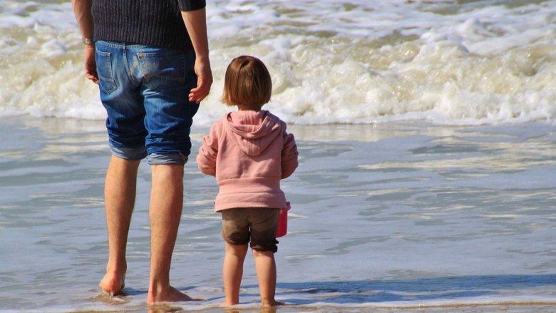 Opaska ma miejsce na wpisanie danych kontaktowych rodziców lub opiekunów (fot. mat. pixabay)
