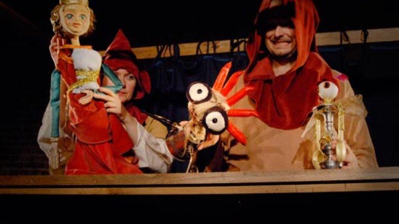 Lalki z przedmiotów codziennego użytku i muzyka grana na żywo wprowadzają niezwykłą atmosferę (fot. Teatr Gry i Ludzie)