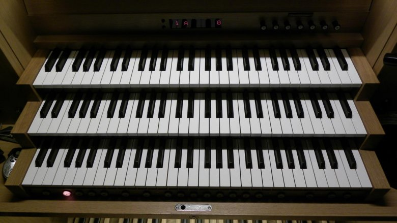 Podczas zajęć w CKK dzieci poznają instrumenty takie jak organy, perkusja, trójkąty i próbują zagrać na nich melodie (fot. Bartłomiej Bulicz/wikipedia)