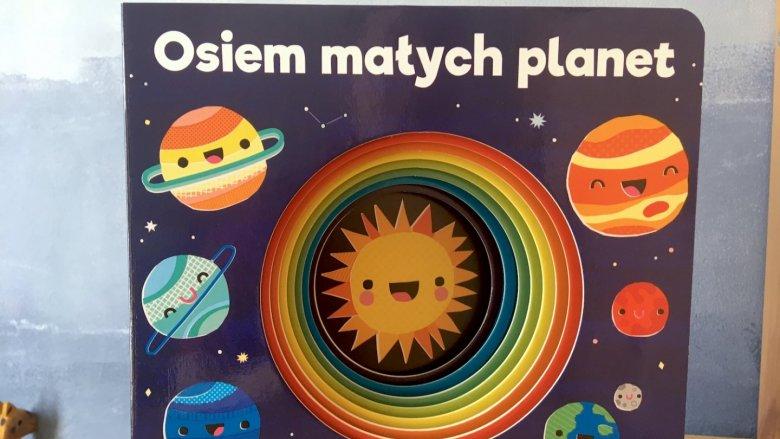 Forma tej barwnej kartonówki - ogromna dziura, która z każdą kartą się zmniejsza - zachwyci dzieci (fot. Ewelina Zielińska/SilesiaDzieci.pl)