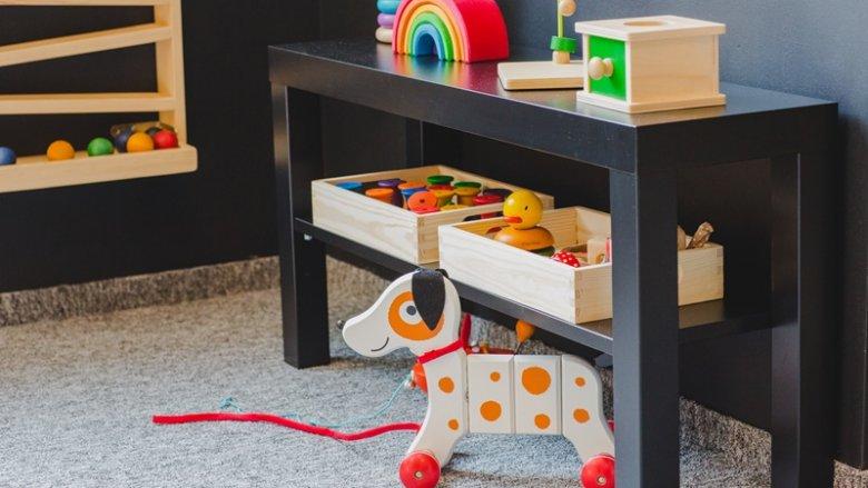 W Drewnianym Koniku znajdziemy drewniane zabawki, tablice manipulacyjne i pomoce Montessori (fot. mat. bawialni)