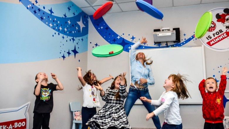 Dzieci poprzez zabawę nauczą się angielskich słów i zwrotów w wiosennej tematyce (fot. mat. organizatora)