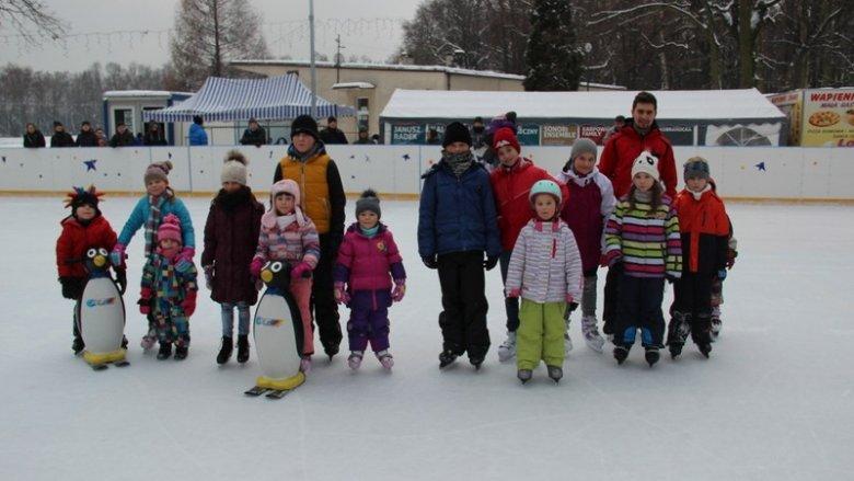 W Parku Pszczelnik dzieci mogą nauczyć się jeździć na łyżwach (fot. Wiesław Stręk)