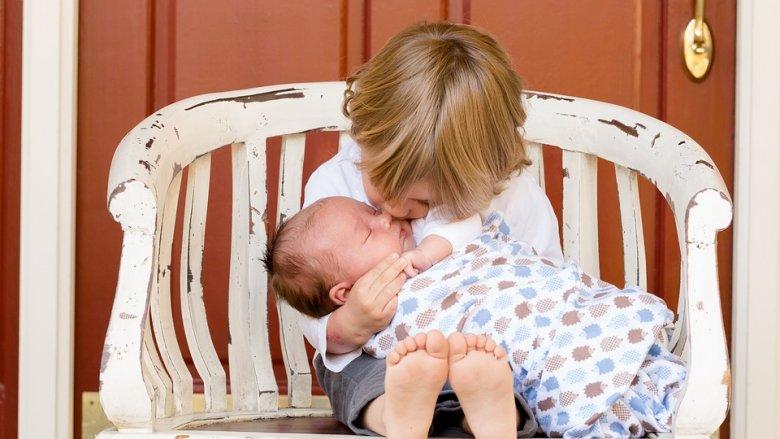 Pozytywne relacje między rodzeństwem to coś, o co warto zadbać jak najwcześniej (fot. pixabay)