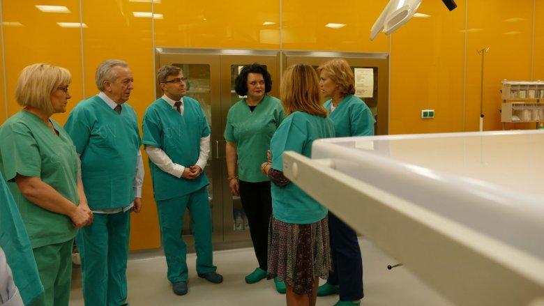 Przekazanie sprzętu dla Szpitala Specjalistycznego nr 2 w Bytomiu (fot. mat. Urzędu Wojewódzkiego w Katowicach)
