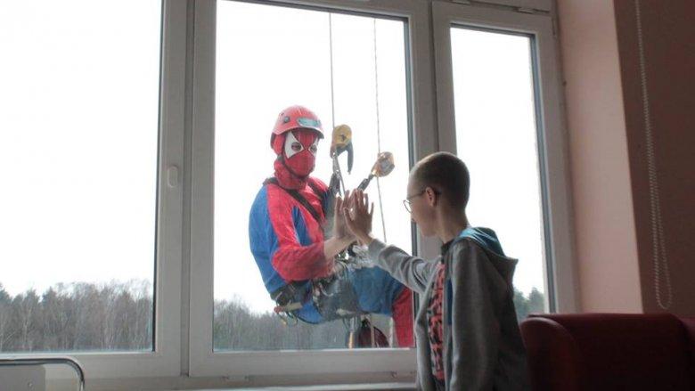 Mimo ogromu pracy superbohaterowie mają czas na przybicie piątki z małymi pacjentemi (fot. mat. GCZD)