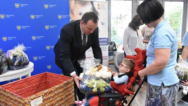 Pieniądze oraz upominki wręczył Jakub Chełstowski marszałek województwa śląskiego (fot. archiwum zdjęć na Fb Śląskie.Pozytywna energia)