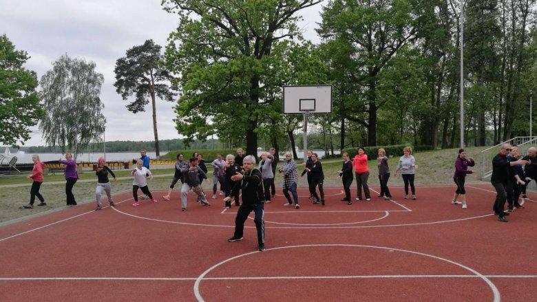 Od 29 maja w każdą środę o godz. 18, na boisku w Paprocanach, odbywać się będą zajęcia z tai chi (fot. mat. MOSIR Tychy)