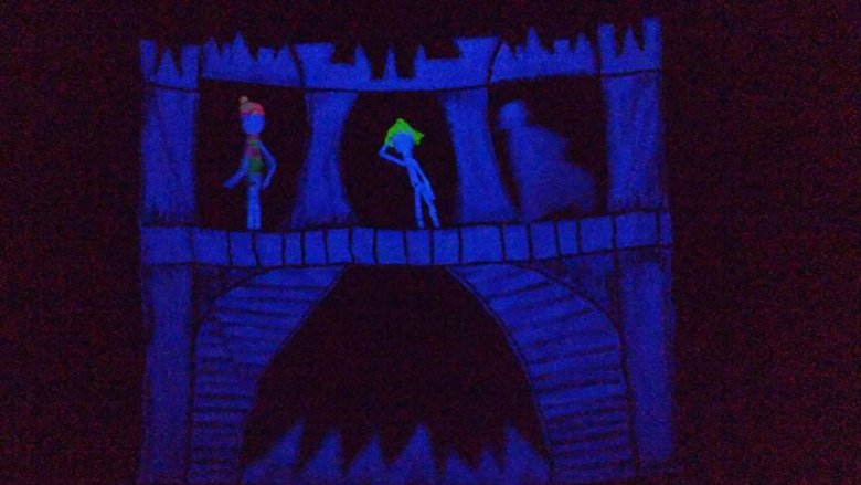 Niezwykła konwencja czarnego teatru robi wrażenie nie tylko na najmłodszych widzach (fot. mat. Teatru Czarnego Tła)