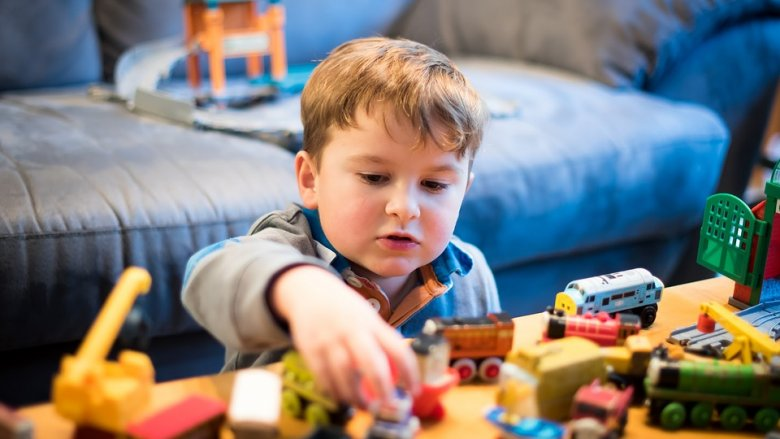 """Dzieci świetnie uczą się poprzez zabawę. Druga połowa wakacji to dobry czas, by """"rozruszać"""" mózgi naszych pociech (fot. pixabay)"""