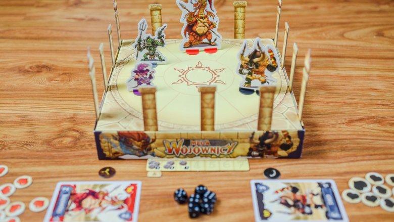 Gra toczy się na arenie, którą tworzymy z odwróconego pudełka (fot. Ewelina Zielińska)