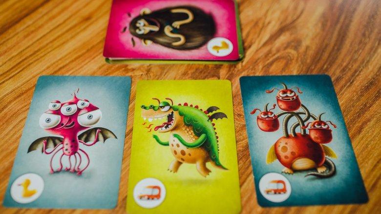 Ilustracje na kartach z potworami są pomysłowe, śmieszne i nieco straszne (fot. Ewelina Zielińska)