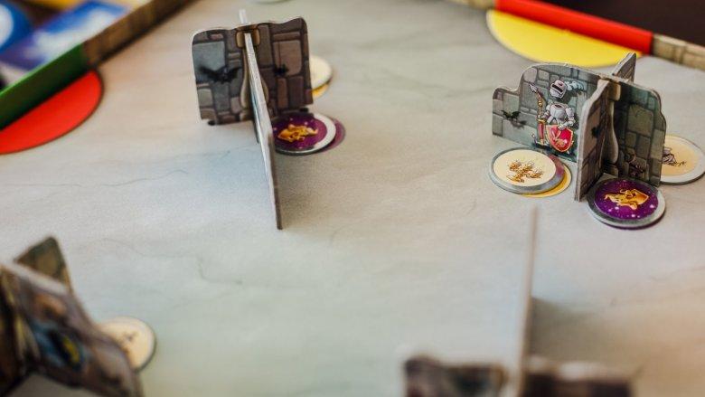 Ściany zamku i żetony skarbów możemy rozstawiać w dowolny sposób (fot. Ewelina Zielińska)