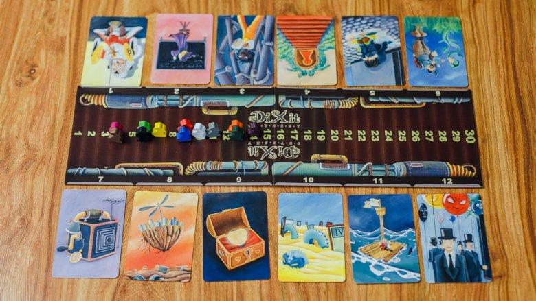 Gracze wybierają spośród kart tę, którą uważają za kartę narratora (fot. Ewelina Zielińska)