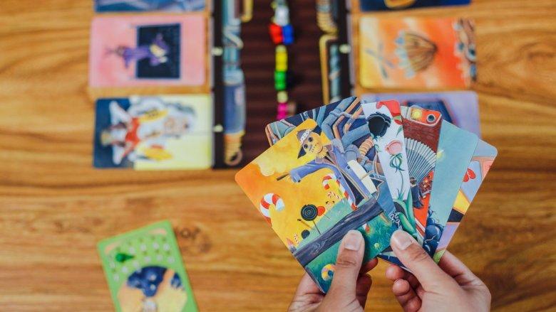 Gdy jesteśmy narratorem spośród kart na ręcę wybieramy jedną, a do niej wymyślamy skojarzenie (fot. Ewelina Zielińska)