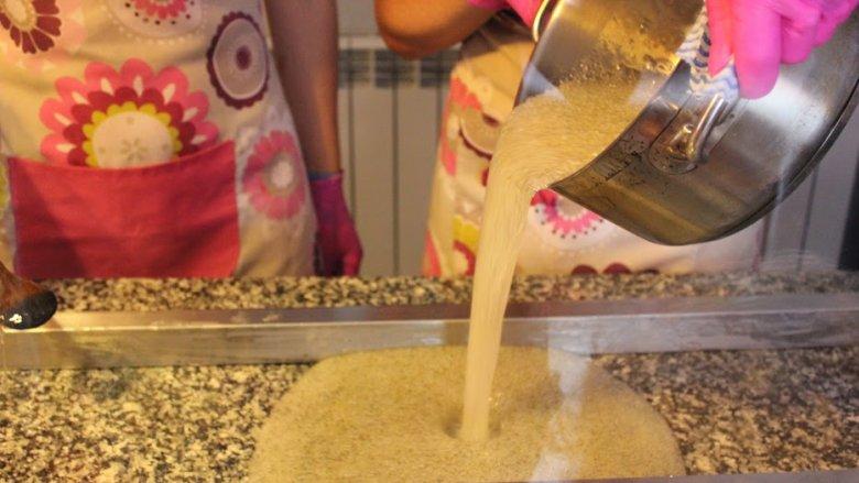 """W manufakturze organizowane są pokazy wytwarzania słodyczy (fot. mat. """"HokusPokuss"""")"""