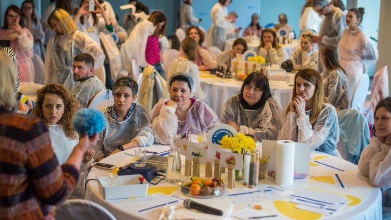 Uczestnicy warsztatów poznają tajniki mądrego wybierania i kupowania kosmetyków (fot. mat. organizatora)