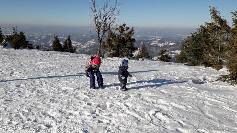 Po krótkiej zabawie na śniegu odpoczęliśmy w schronisku, przy ciepłej zupie i herbacie (fot. Agnieszka Mróz/SilesiaDzieci.pl)