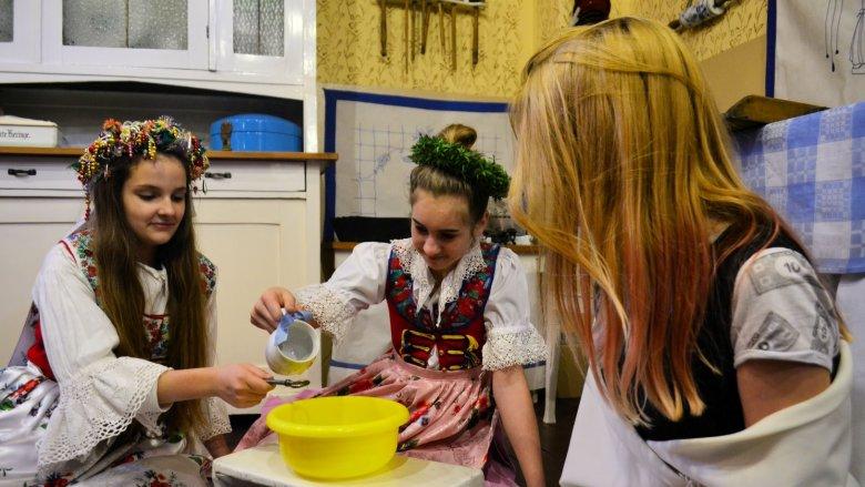 Dzieci nie tylko poznają wróżby naszych babć ale i je wypróbują (fot. mat. organizatora)
