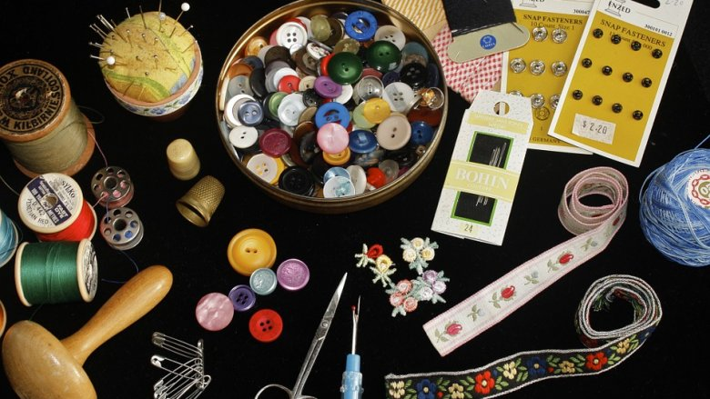 Na zajęciach krawieckich dzieci z prostych materiałów pasmanteryjnych stworzą unikatowe zakładki do książek (fot. pixabay)