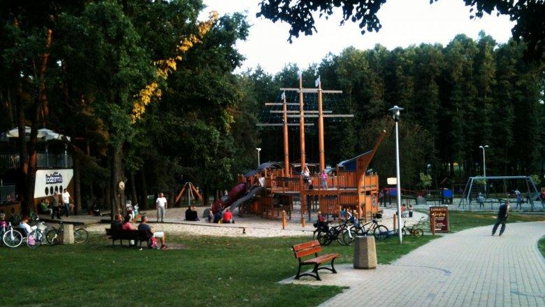 Plac zabaw ze statkiem pirackim w roli głównej. Z lewej: statek-lodziarnia (fot. alex)