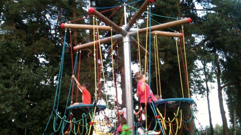 Jedna z konstrukcji linowych do wspinania. Plac zabaw Paprocany (fot. alex)