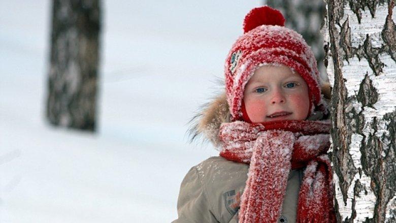 Zimą skóra naszego dziecka może być wysuszona, zaczerwieniona i podrażniona (fot. foter.com)