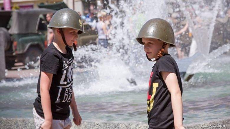 """Dzieci na Zlocie Pojazdów Militarnych """"Śląskie Manewry"""" w Bytomiu zawsze bawią się świetnie (fot. mat. organizatora)"""