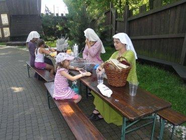 O tym jak zachowywały się damy, a jak rycerze dowiedzą się dzieci w Warowni Pszczyńskich Rycerzy (fot. mat. organizatora)