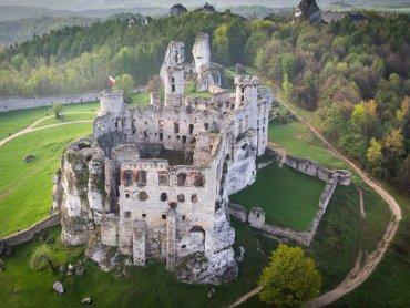 W niedziele Zamek w Ogrodzieńcu to miejsce spotkań rycerzy (fot. archiwum facebook Zamek Ogrodzieniec)