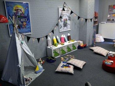 Warsztaty w kinie Kosmos to okazja dla rodziców by obejrzeć film, gdy dziecko dobrze się bawi (fot. mat. FB Kino Kosmos)