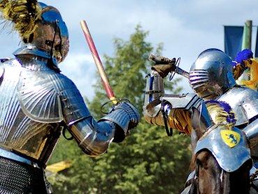 Waleczni rycerze i piękne białogłowy pojawią się w weekend na Zamku w Będzinie (fot. foter.com)