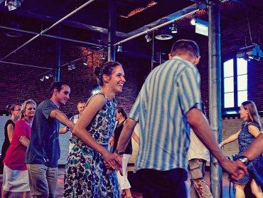 Na potańcówce w stylu miejsko-wiejskim bawić się mogą i dorośli, i dzieci (fot. FB Muzeum Miejskie w Tychach)