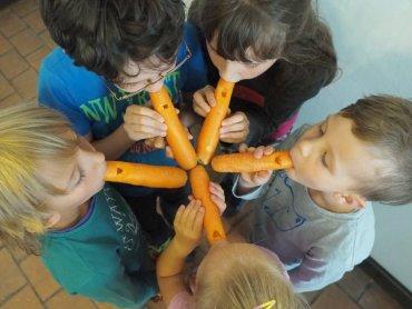 Na najbliższych zajęciach dzieci stworzą instrumenty z warzyw np. flety z marchewek (fot. FB Katowice Miasto Ogrodów)