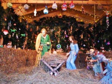 Tegoroczną szopkę przystrojono dekoracjami wykonanymi przez dzieci (fot. FB Śląski Ogród Zoologiczny)
