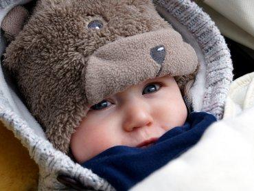 Jak ubrać malucha by czuł się na spacerze komfortowo? Odpowiada położna Danuta Przybyłko (fot. foter.com)